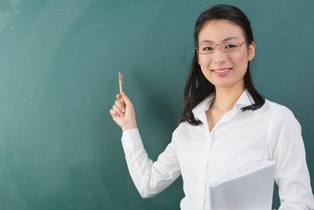 黒板の前にいる先生