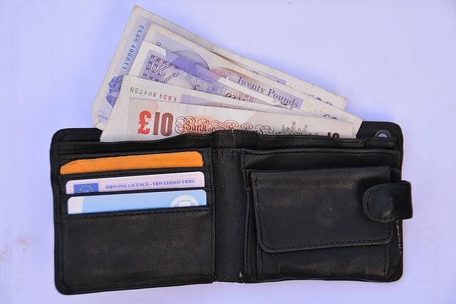 財布からはみ出すお金