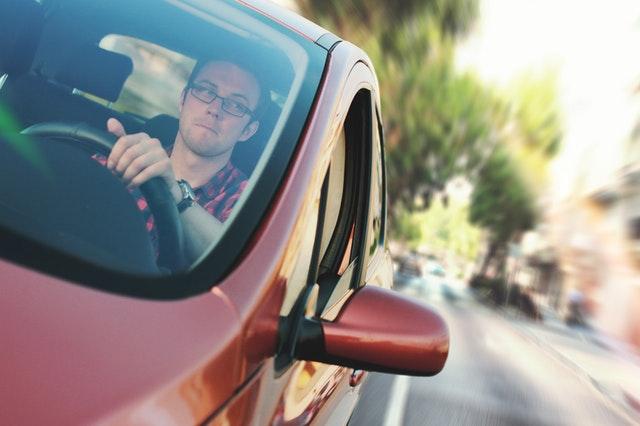 運転中の人