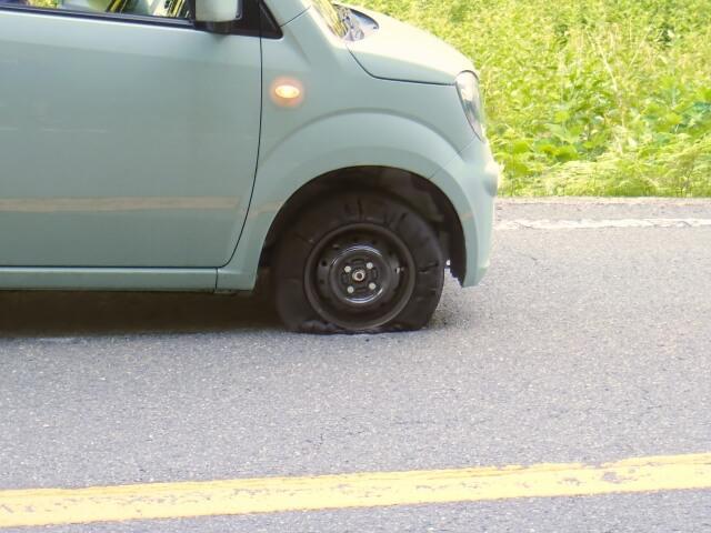 前輪がパンクした車