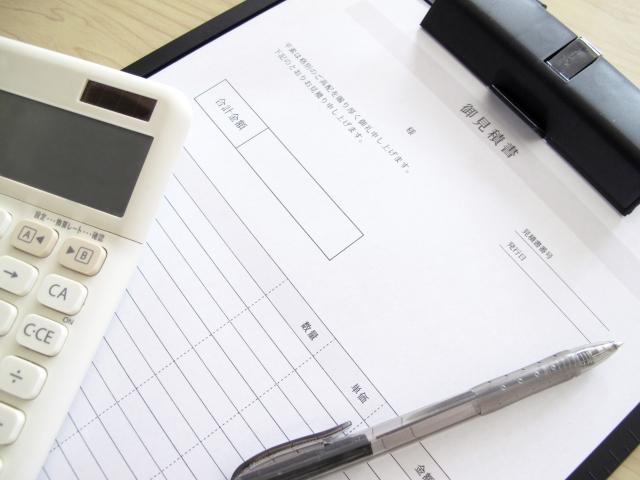 電卓を使いながら見積書の作成