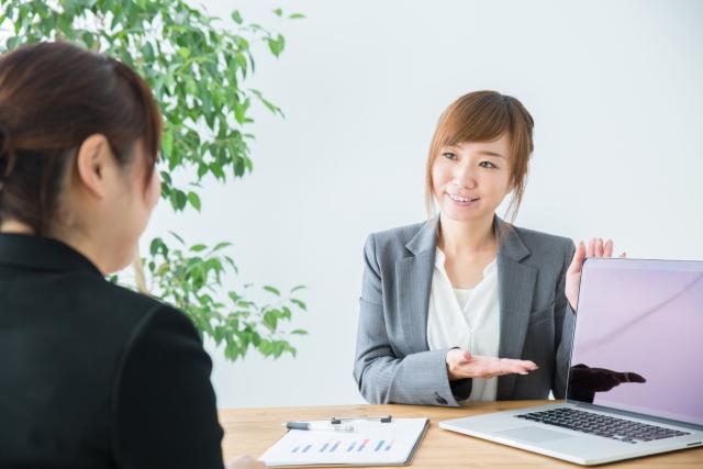 保険について説明する女性
