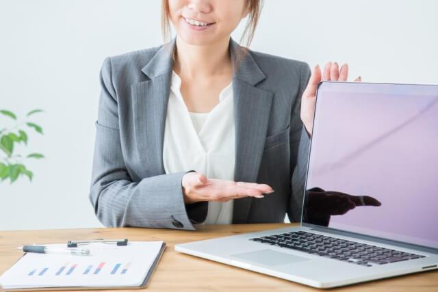 パソコンで説明する女性