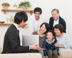 営業マンの説明を受ける家族