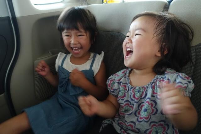 車ではしゃぐ子供