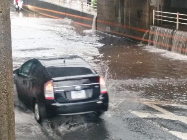 台風の日に走る車