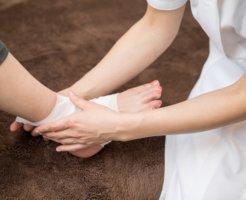足の治療中