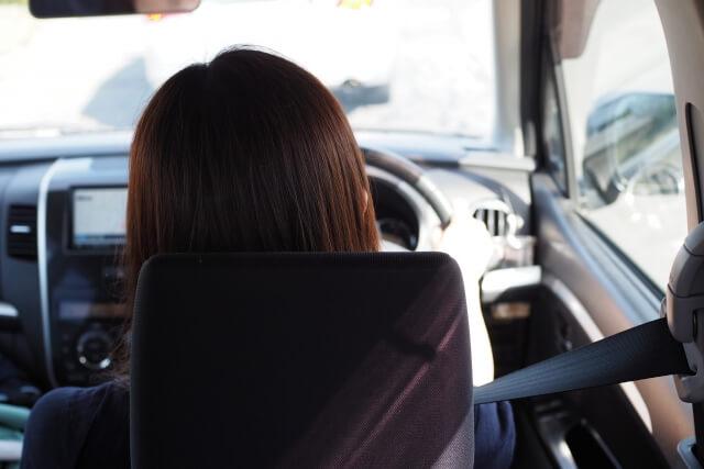 車を運転している女性の後姿
