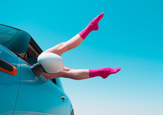 車から足を出す女性