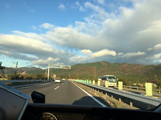 高速道路を走行中の車