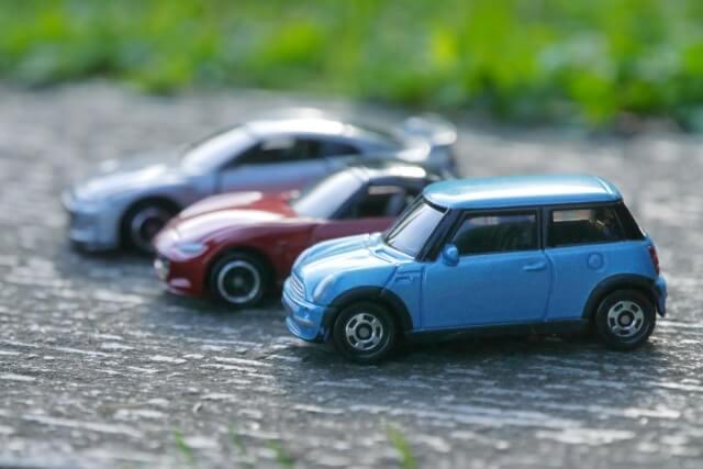 並べられた車のおもちゃ