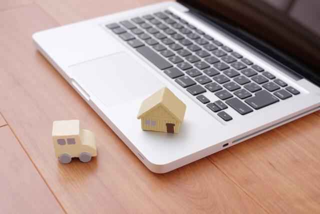 パソコンと家と車のおもちゃ
