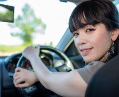 車を運転する女性