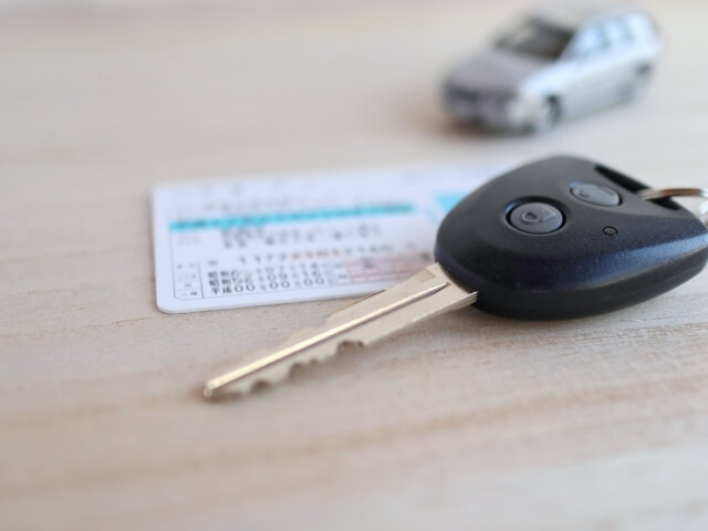 車のキーと免許証