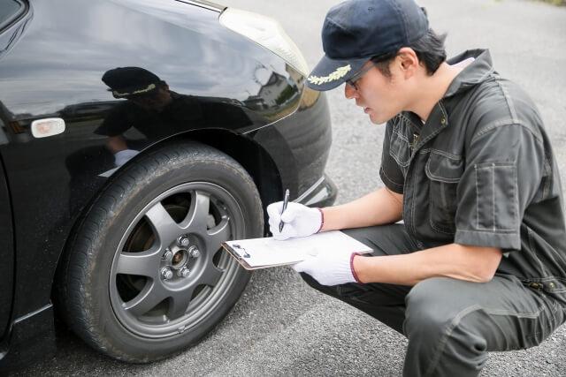 車の修理をする整備士